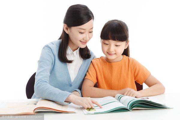 gia sư thường xuyên kiểm tra năng lực học tập của trẻ